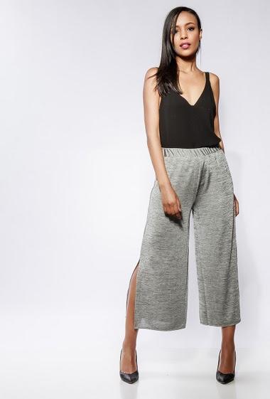 Pantalon fluide, taille élastique, poches, fentes latérales. La mannequin mesure 170cm et porte du S