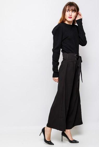 Pantalon ample et fluide, taille avec lacet, fermeture éclair. La mannequin mesure 178 cm et porte du M