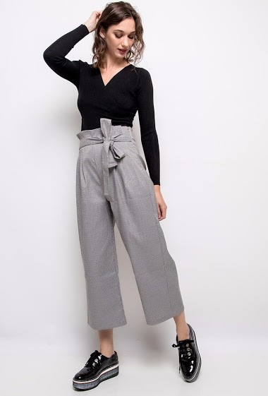Fantastic trousers, high waist, wide cut, belted gingham pattern. The model is 172 cm tall and is wearing a size S.