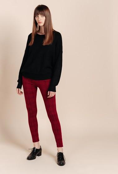 Pantalon cigarette en carreaux. La mannequin mesure 172 cm et porte du S.