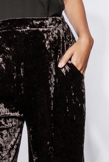 Pantalon large,  taille élastique, poches, fentes latérales. La mannequin mesure 170cm et porte du S