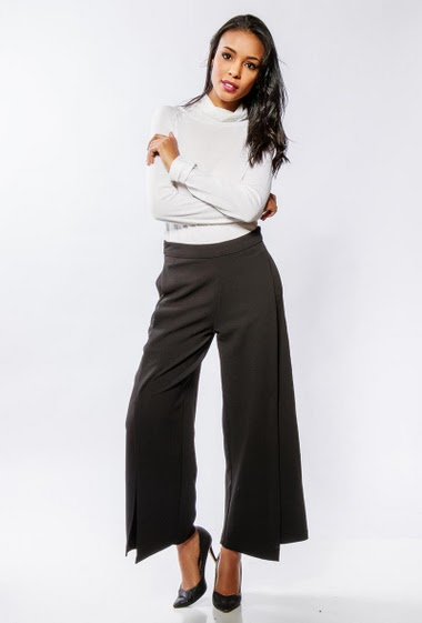 Flared pants with splits. The model measures 170cm and wears S