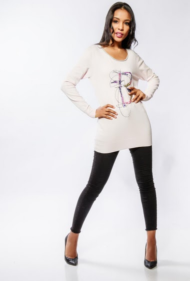 Soft sweater, front decorated with an embroidery and sequins. The model measures 170cm and wears S/M