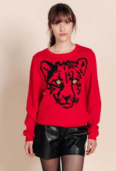 Round neck sweater, front leopard pattern, long sleeves. The model is 172 cm tall and is wearing a size S.
