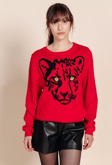 Pull col rond, motif léopard devant, manches longues. La mannequin mesure 172 cm et porte du S.