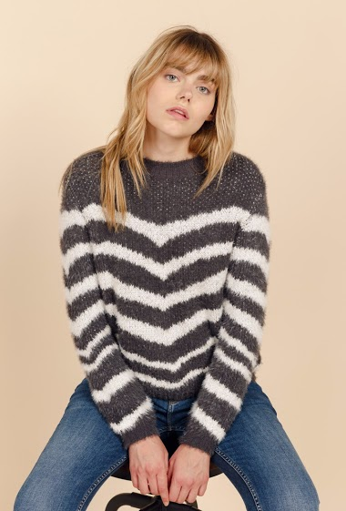 Round neck sweater, long sleeves, large mesh, chenille. The model is 172 cm tall and wears S/M.