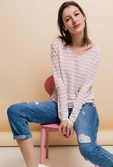 Striped linen sweater, V-neck, long sleeve. The model measures 178cm and wears S.