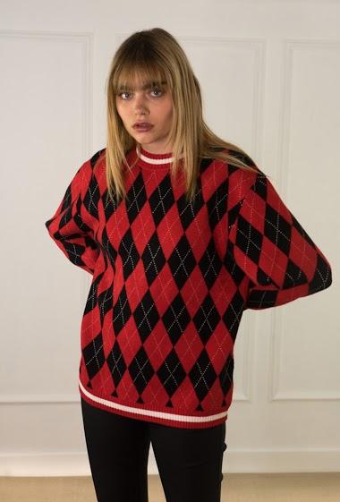 Pull femme, motif tartan écossais, col rond, manches longues. La mannequin mesure 172 cm et porte du S/M.
