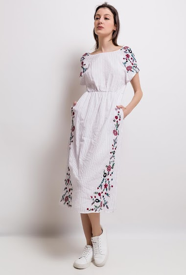 Women's embroidery dress, round neck, elastic waist. The model measures 178cm and wears S.