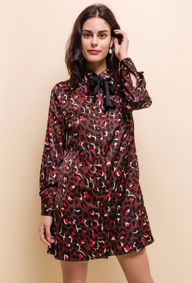 Shirt dress, printed, leopard pattern, long sleeves with handle, front closure with buttons. The model is 172 cm tall and is wearing a size S.