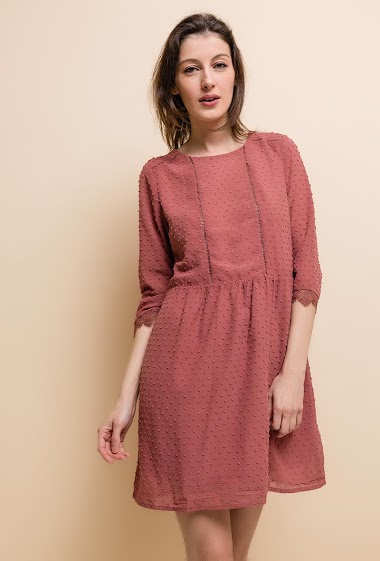Short dress, round neck, 3/4 sleeve, lace on the bottom of the neck. The model measures 177cm and wears S.