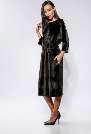 Robe mi-longue en velours doux, taille élastique, poches. La mannequin mesure 170cm et porte du S/M