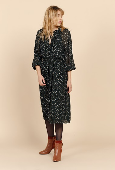 Printed dress. A Tunisian neckline closed by links. Elastic waist, Long sleeves. The model is 170 cm tall and is wearing a size S.
