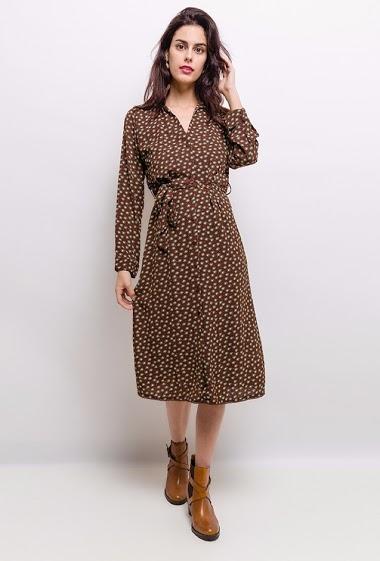 Robe imprimée, col chemise, manches longues avec poignée, ceinturée. La mannequin mesure 172 cm et porte du S.