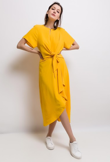 Long dress, yoke front, close by a knot, short sleeve. The model measures 178cm and wears S.