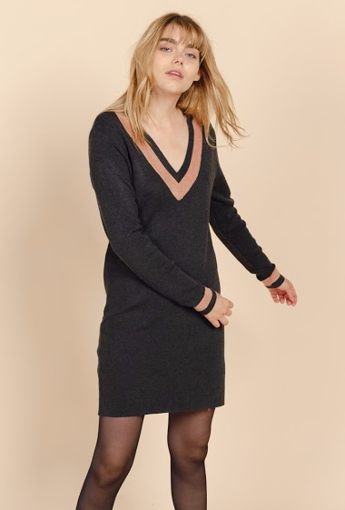V-neck striped knit short jumper dress, long sleeves. The model is 172 cm tall and is wearing a size S.