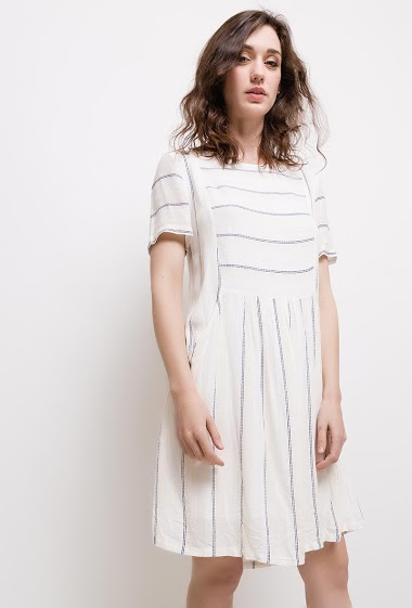 Striped dress, round neck, short sleeve, side pocket. The model measures 177cm and wears S.