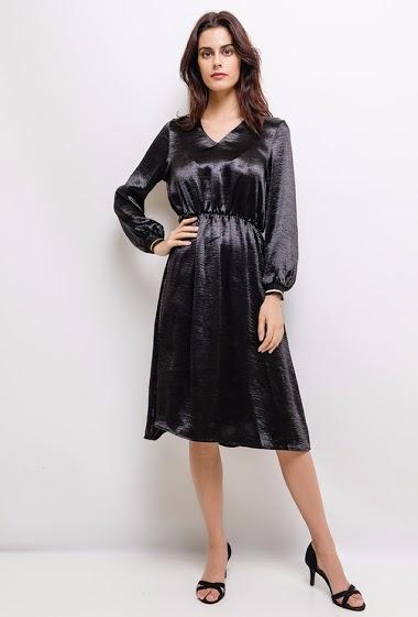 Robe satin, col V, manches longues avec poignée élastique, taille élastique. La mannequin mesure 172 cm et porte du S.
