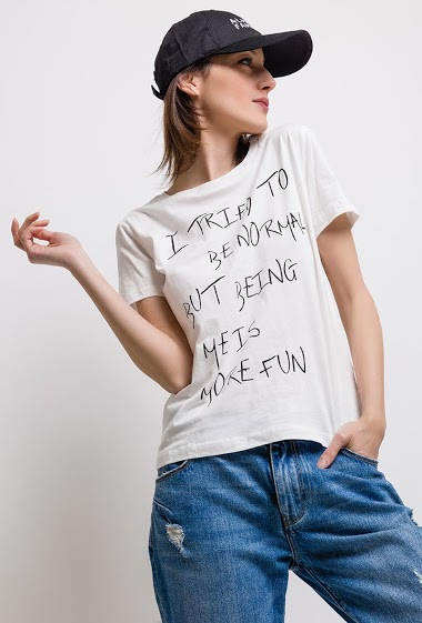Printed T-shirt, rounded neckline. Short sleeves. The model measures 170cm and wears S.