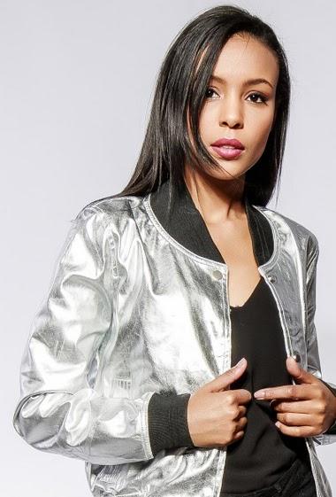 Veste argent : tissu brillant craquelé, veste grise : tissu argent mat. La mannequin mesure 170cm et porte du S