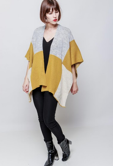 Knitted poncho. The model measures 172cm, one size corresponds to 38-44