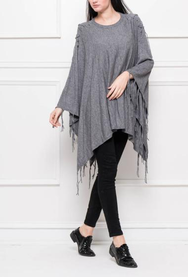 Knit poncho with lacing on the shoulders, border with fringes