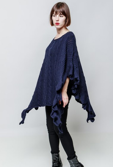 Loose knitted poncho. The model measures 172cm, one size corresponds to 38-44