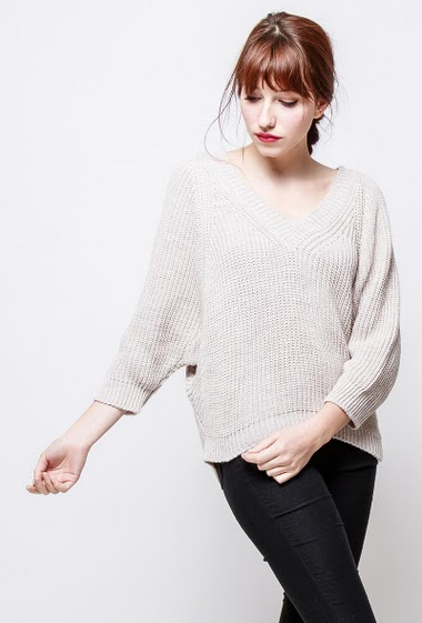 Knitted sweater, V neck, loose fit. The model measures 174cm, one size corresponds to 38-40