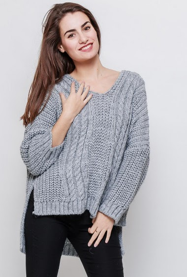 Oversized chunky sweater with twisted knit. The model measures 172cm, one size corresponds to 38-42