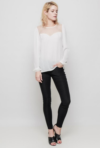 Feminine blouse, transparent lace yoke, long sleeves, regular fit, fluid fabric. The mannequin measures 177 cm and wears S