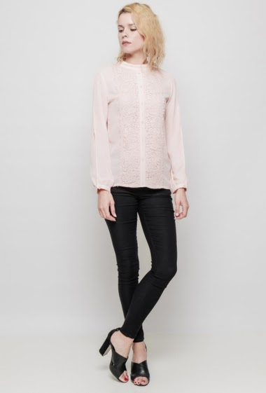 Feminine blouse, refined lace, decorative buttons, crew neck, split long sleeves, button back closure. The mannequin measures 177 cm and wears S