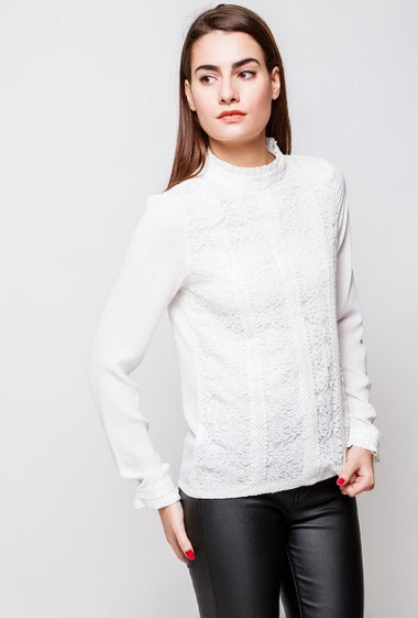 Elegante blouse, lace front, collar with mini ruffles, fluid fabric. The model measures 172cm and wears S