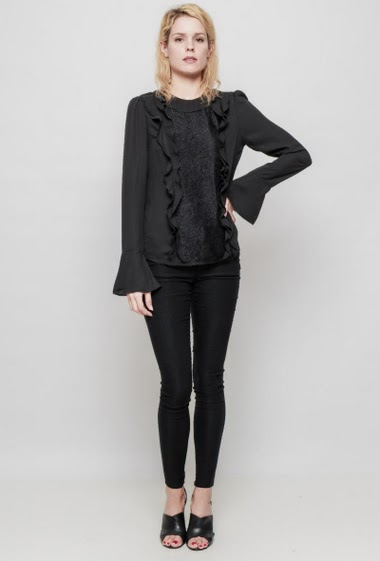 Blouse with lace yoke, ruffles, flared long sleeves, regular fit, fluid fabric.The mannequin measures 177 cm and wears S