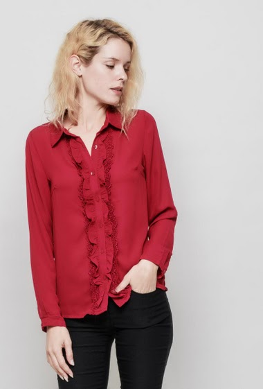 Shirt with ruffles and lace detail, regular fit, fluid fabric. The mannequin measures 177 cm and wears S