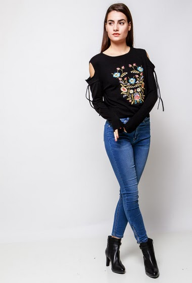 Soft knitted sweater, embroidered flowers, cold shoulder design, tie detail. The model measures 172cm, one size corresponds to 38-40