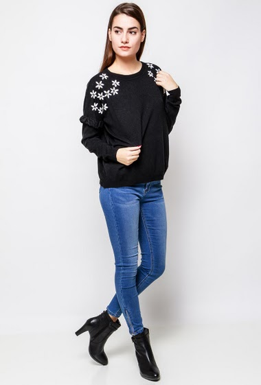 Soft knitted sweater, ruffles, embroidered flowers, strass. The model measures 172cm, one size corresponds to 38-40
