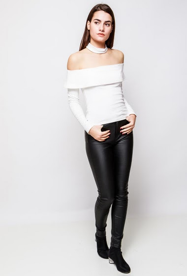 Cotton top, long sleeves, choker neck. The model measures 172cm and wears S