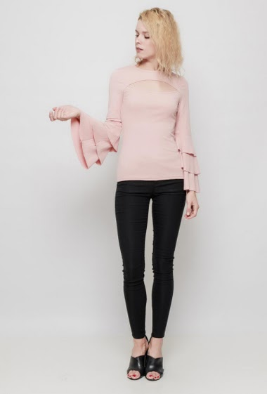 Feminine top, flared sleeves with ruffles, close fit, stretch fabric.The mannequin measures 177 cm and wears S