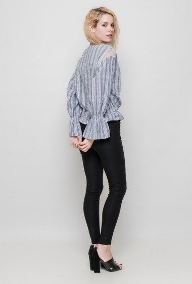 Striped blouse, adjusted waist, long sleeves, fihnet yoke on the shoulder. The mannequin measures 177 cm and wears S