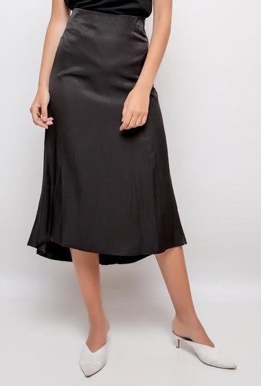 Midi satin skirt. The model measures 178cm and wears S