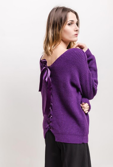 Ribbed knit swetare, back with satin ribbon. The model measures 170cm, one size corresponds to 10/12(UK) 38/40(FR)