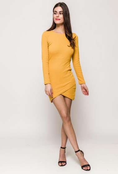 Cross dress with long sleeves. The model measures 176cm and wears S/M. Length:86cm