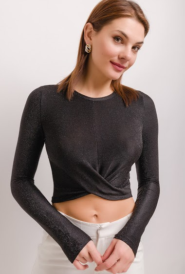 Crop iridescent t-shirt, knot front. The model measures 175cm and wears S. Length:38cm