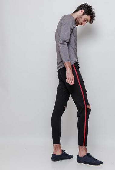 Pants with side decorated with red band, ripped knees. The model measures 194cm and wears 34 (T44)