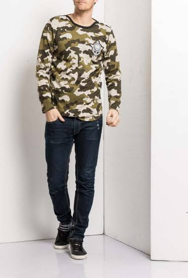 Camo sweatshirt with embroidered patch, buttons on the sleeves