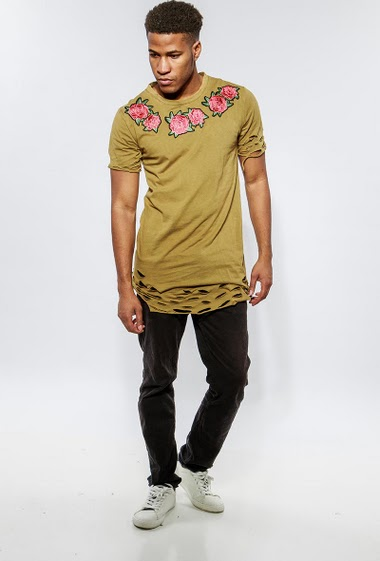 Ripped t-shirt with embroidered flowers. The model measures 183cm and wears L