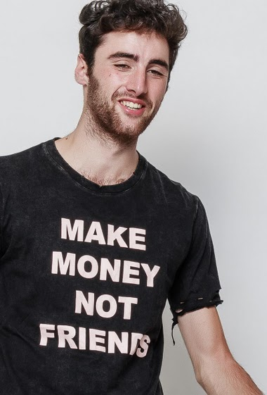 T-shirt déchiré, impression message MAKE MONEY NOT FRIENDS. Le mannequin mesure 194cm et porte du XL