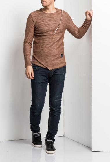 T-shirt with long sleeves, curved and raw hem