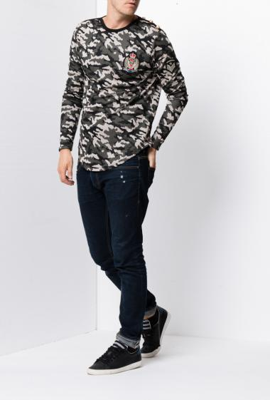 Long sleeves top with embroidered badge on the front, gold buttons on the shoulders