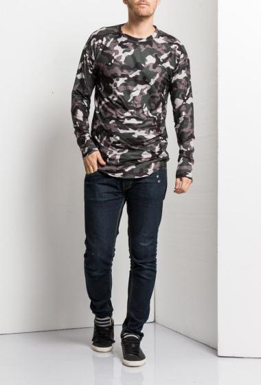 Long t-shirt with camouflage pattern, curved hem, long sleeves, casual fit